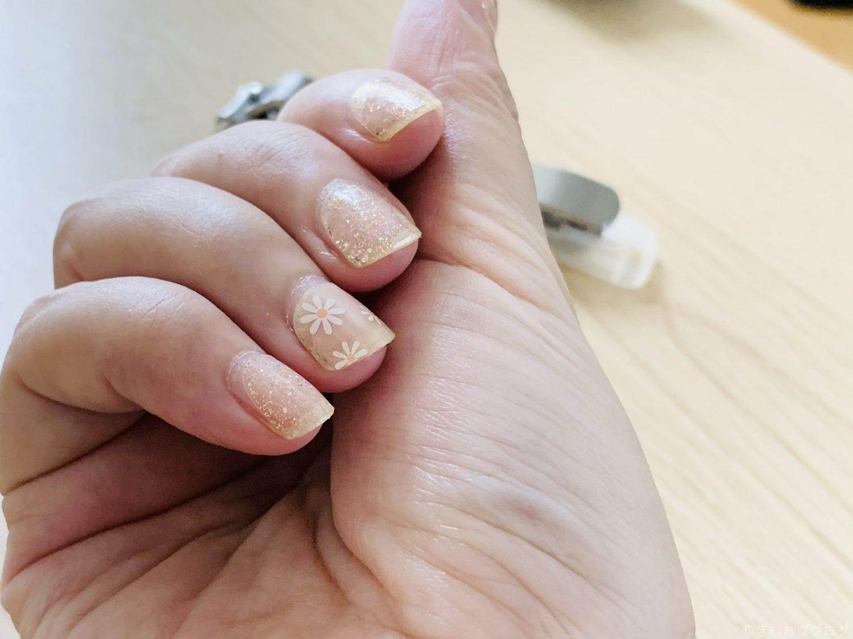 DASHING DIVA Glace 半硬化ジェルネイルシール つけた手元の写真 ネイルシール