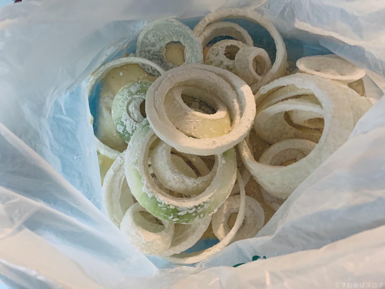 オニオンリング レシピ 輪切りした玉ねぎに小麦粉をまんべんなくつける