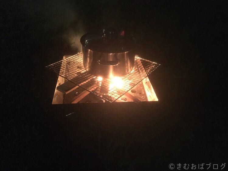 ダッチオーブンなしでスタッフドチキン(鶏の丸焼き)を作る方法