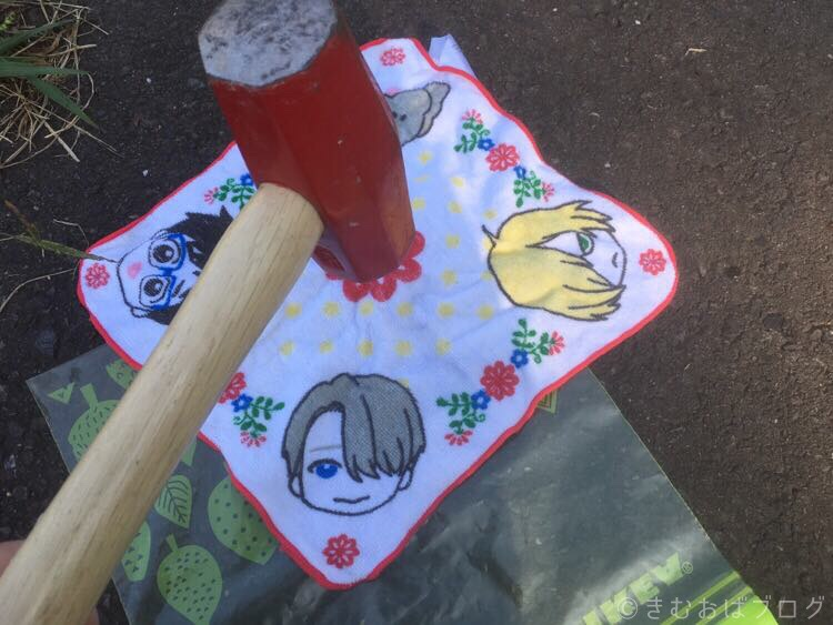 キャンプ コーヒーミルなし 大五郎ハンマーで豆を挽く方法