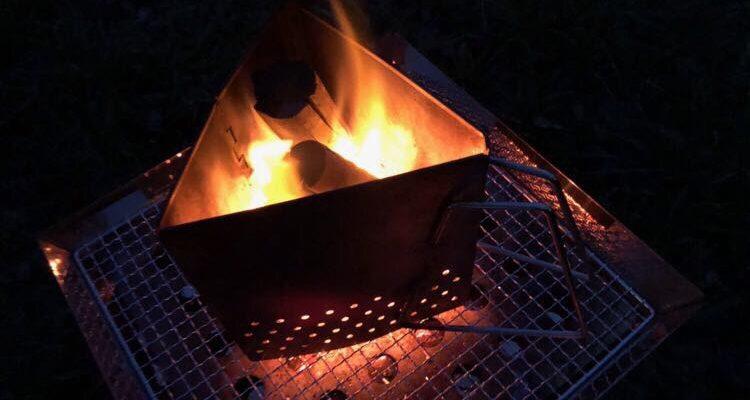 ユニフレーム チャコールスターターで備長炭の火起こし中